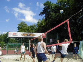 Beachvolleyball in der open airea (Foto: AWO / ZAQ-Archiv)